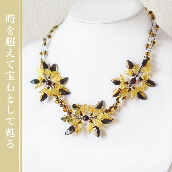 イエローアンバーが咲き誇る美しいデザイナーズネックレス。輝く琥珀アクセサリー。