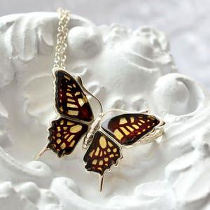 上品さが際立つ天然琥珀の蝶々モチーフアクセサリー。上質な手彫りのインタリオ。(バルティックアンバー)
