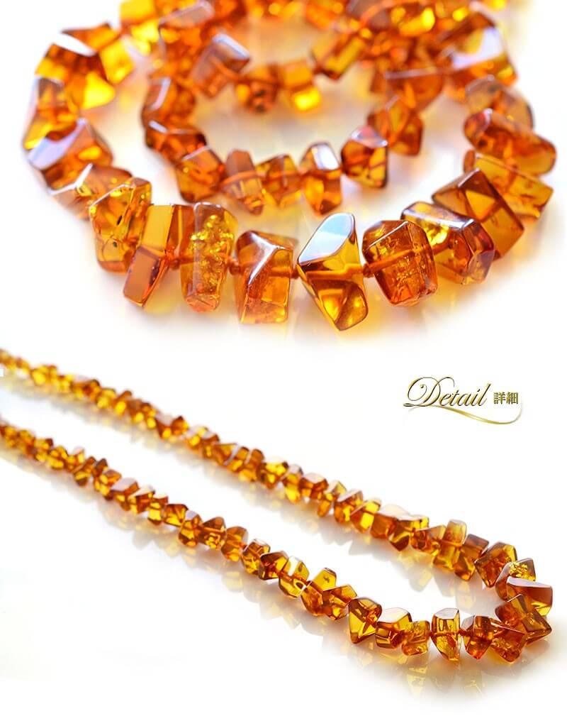 大きめにカットされたさざれ琥珀のネックレス。品のある優しいぬくもりは時代を超えて愛される天然石ジュエリーならでは。/バルト海産コニャックアンバー