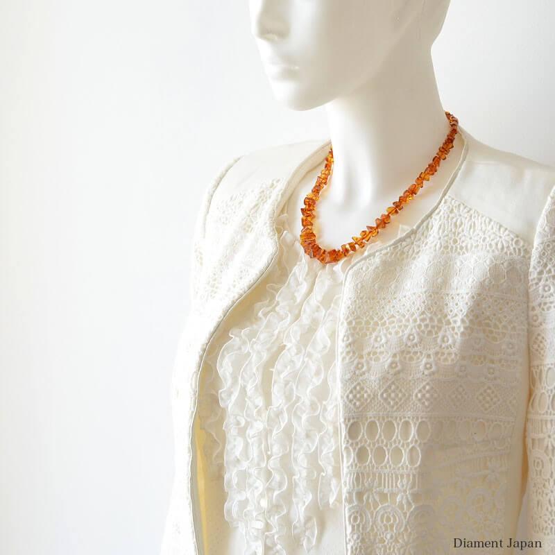 シンプルな装いも華やかにグレードアップ、可憐な天然石琥珀ネックレスのコニャック色さざれネックレス。/リトアニア産のバルティックアンバー