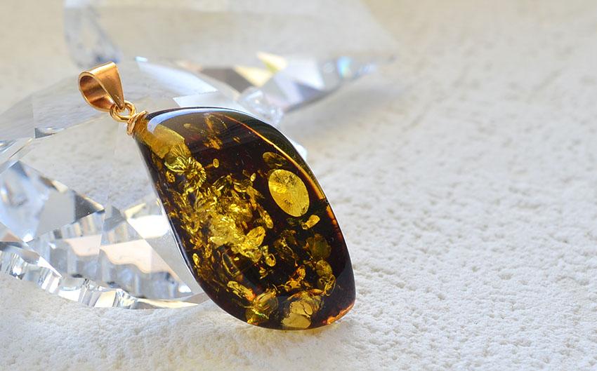 グリッターが美しく輝く琥珀ペンダントがリトアニアから届きました。煌めくグリーンアンバーアクセサリーです。(シルバー925にK18ヴェルメイユコーティング)
