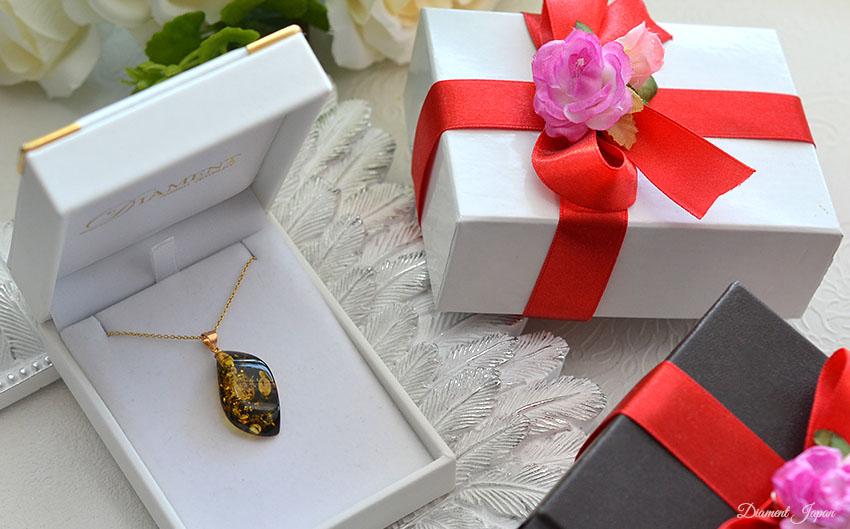 琥珀を贈ることは幸せを贈ることと言われており、クリスマス、母の日、誕生日、記念日などの贈り物の定番になっています。贈り物にふさわしい、美しいラッピングもオプションでお選びいただけます。(シルバー925にK18ヴェルメイユコーティング)