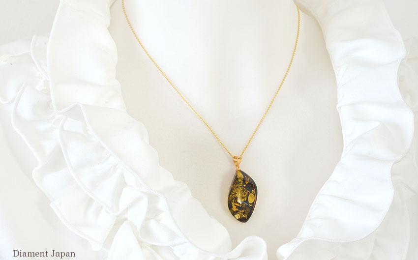 見る者を魅了する美しい輝きの琥珀アクセサリー。グリーンアンバーの真の美しさを堪能するルースタイプのペンダントです。(シルバー925にK18ヴェルメイユコーティング)リトアニア産バルティックアンバー