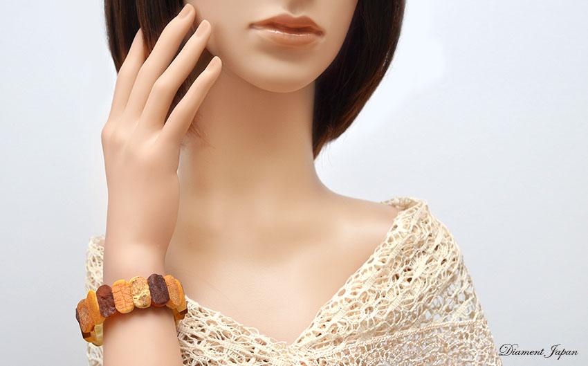 お肌にすっとなじむカラーの優しい琥珀ブレスレット。完全に磨きあげていないのでナチュラルな美しさを堪能できる天然石アクセサリーです。17,5cmの天然石こはくブレスレット。男女兼用ユニセックス/リトアニア産琥珀ジュエリー