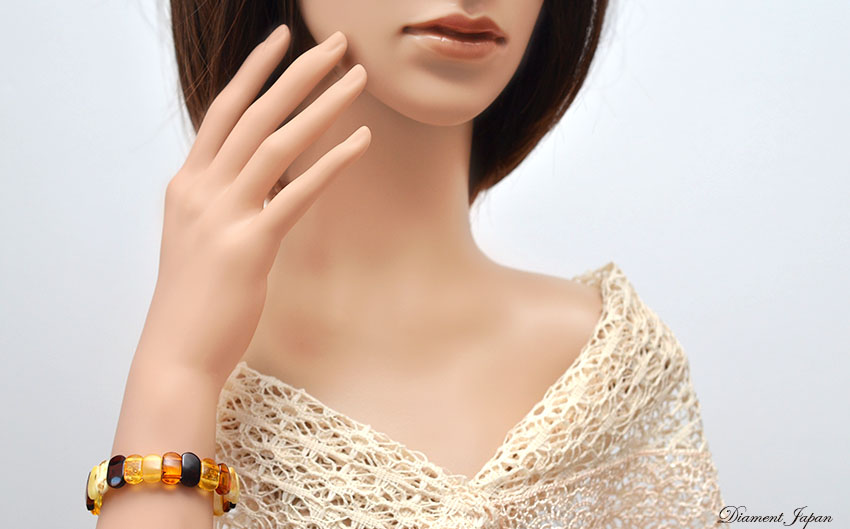 マルチカラーの琥珀ブレスレット。イエローアンバー、コニャックアンバー、ロイヤルアンバー、チェリーアンバーの組み合わせが華やかで上品。万能パワーストーンとしても知られる琥珀はマストハブの天然石ブレスレットです。/バルティックアンバーアクセサリー