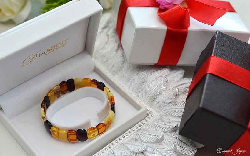 天然琥珀は帯電性があることから幸せを運んでくると言い伝えられています。そのため、クリスマス、母の日、誕生日、記念日等の贈り物の定番に。プレゼントとしておすすめです。/バルティックアンバーアクセサリー、パワーストーンブレスレット/天然石ブレスレット