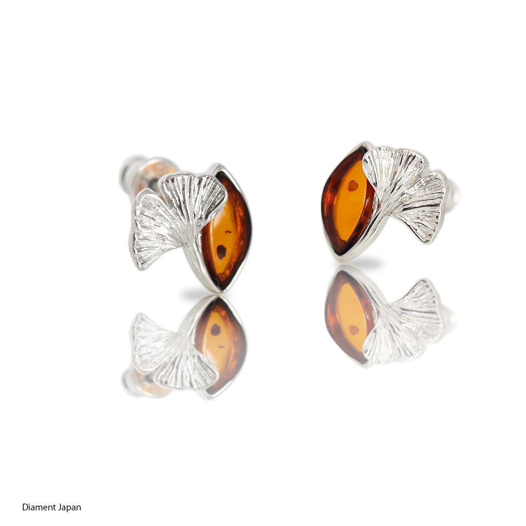 イチョウの葉デザインの琥珀ピアス【コニャックアンバー】シルバー925ロジウム仕上げ